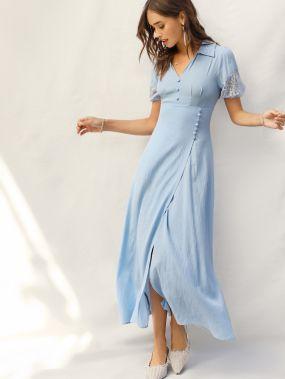 Платье с разрезом и пуговицами и кружевной вставкой