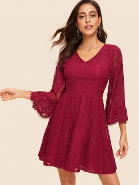 Расклешенное кружевное платье с оригинальным рукавом