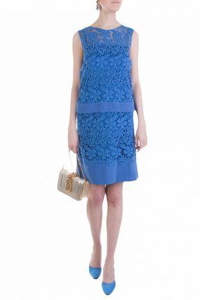 Платье из кружевной ткани синего цвета