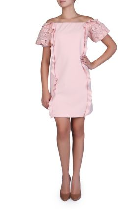 Розовое платье с кружевными рукавами.
