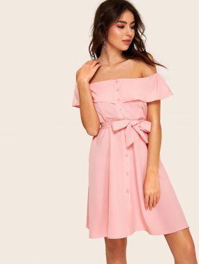 Платье с поясом оборкой и открытыми плечами