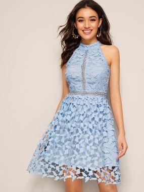 Платье с халтером и кружевом
