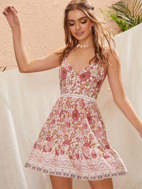Платье на бретелях с цветочным принтом и узлом сзади