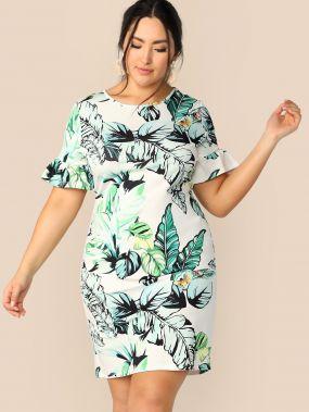 Приталенное платье размера плюс с тропическим принтом и оригинальным рукавом