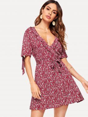 Платье с поясом оборкой и цветочным принтом