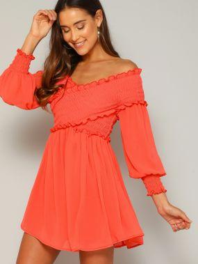 Однотонное платье с открытыми плечами