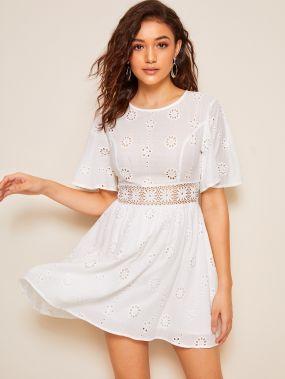 Платье с кружевной вставкой и оригинальным рукавом