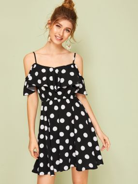Платье в горошек с оборкой и открытым плечом