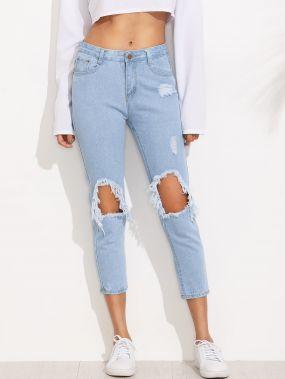 Светло-синие рваные облегающие джинсы