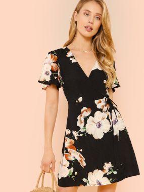 Платье в цветочек с запахом и широкими рукавами