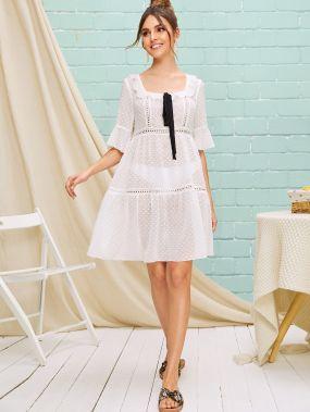 Контрастное платье с кружевной вставкой и узлом