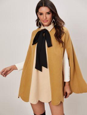Контрастное пальто-кейп с воротником-бантом и фестончатым низом