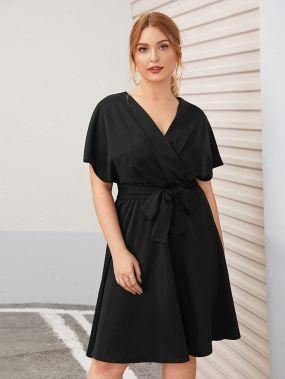 Расклешенное платье размера плюс с v-образным вырезом и поясом