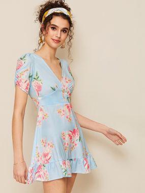 Платье с цветочным принтом, оригинальным рукавом и оборкой
