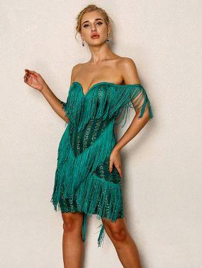 Платье с открытыми плечами и слоистыми кисточками