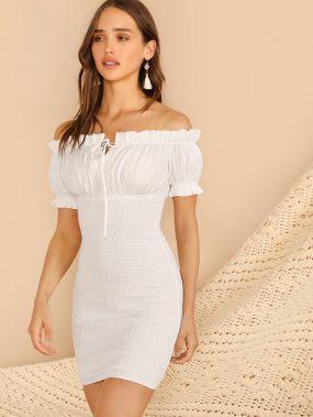Платье со сборками и открытыми плечами