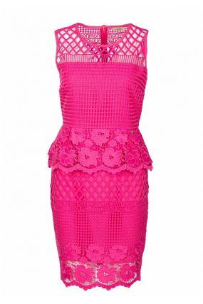 Ярко-розовое платье из кружевной ткани