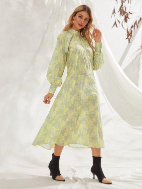 Платье с воротником-стойкой и цветочным принтом