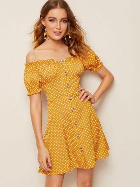 Платье в горошек с открытым плечом