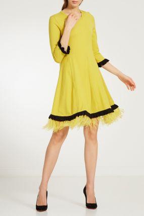 Желтое платье с перьями