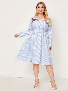 Расклешенное платье в полоску с вышивкой размера плюс