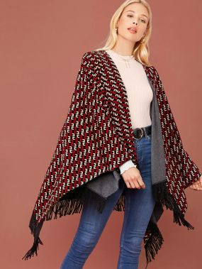 Пальто-кейп с геометрическим узором и бахромой