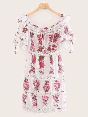 Платье с открытыми плечами, кружевом и цветочным принтом