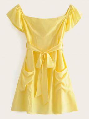 Однотонное платье с открытыми плечами и поясом