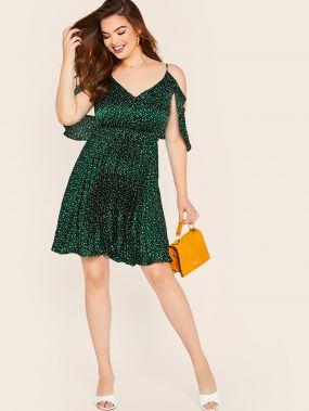 Атласное расклешенное платье с открытым плечом и оборкой размера плюс