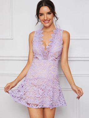 Кружевное платье с глубоким вырезом