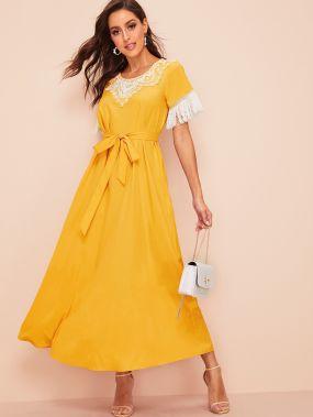 Платье с поясом, кружевной вставкой и бахромой