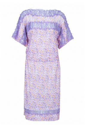 Фиолетовое платье с кружевом и принтом