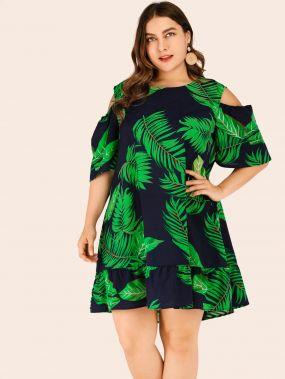 Платье с оборкой, тропическим принтом и открытым плечом размера плюс