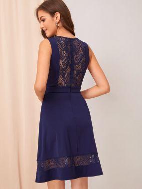 Приталенное расклешенное платье кружевной вставкой и глубоким V-образным вырезом