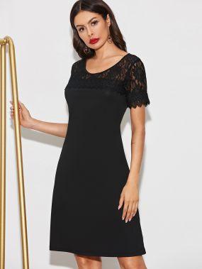 Однотонное платье с кружевной вставкой