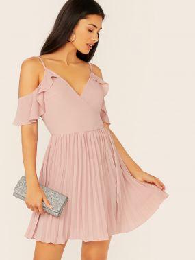 Платье с оборкой и открытым плечом