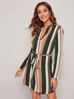 Полосатое платье-рубашка с клиновидным вырезом и оригинальным рукавом