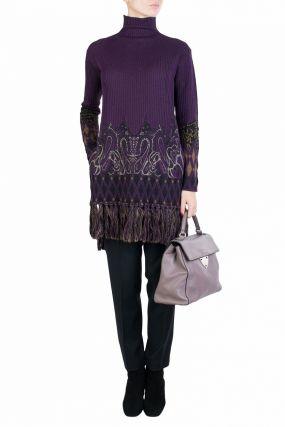 Фиолетовый свитер с бахромой