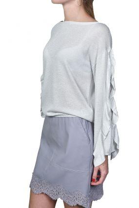 Светло-серый пуловер с оборками на рукавах