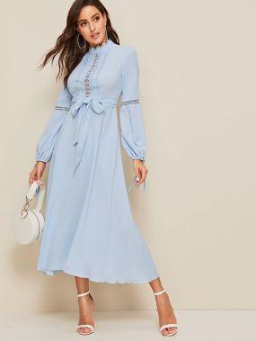 Приталенное расклешенное платье с завязкой и кружевной вставкой