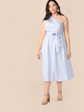 Полосатое платье на одно плечо с поясом размера плюс