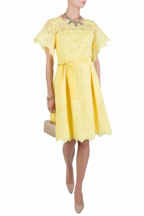 Приталенное платье желтого цвета