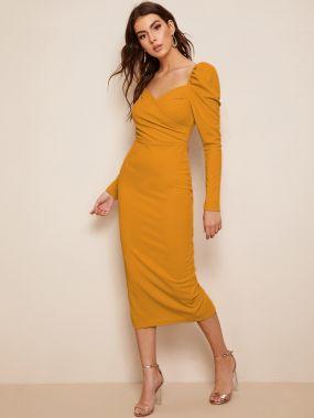 Платье-карандаш на запах с оригинальным рукавом