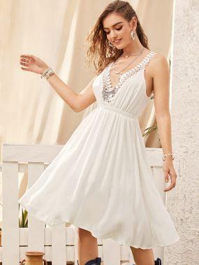 Расклешенное платье с открытой спинкой и кружевной отделкой