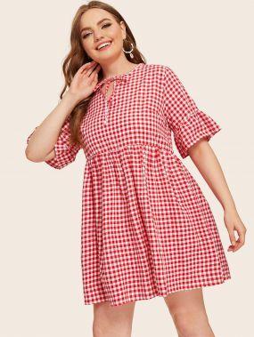 Платье с оригинальным рукавом, графическим принтом и завязкой на шее размера плюс