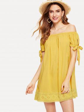 Платье с кружевами и открытыми плечами