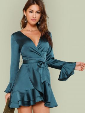 Платье с запахом, оборками и поясом