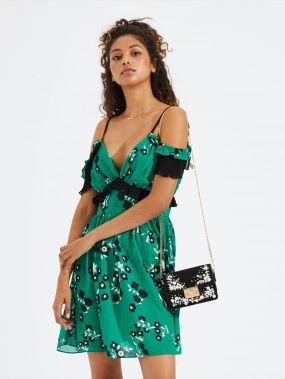Отделкой оборкой цветочное платье с открытыми плечами
