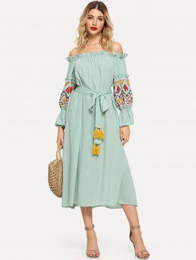 Платье бандо с вышивкой и поясом