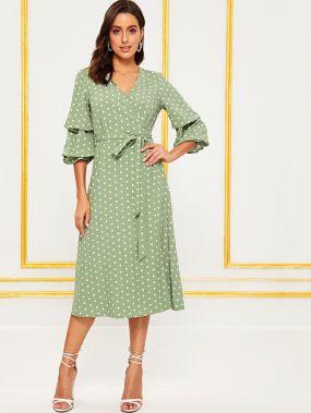Платье в горошек с оригинальным рукавом и поясом